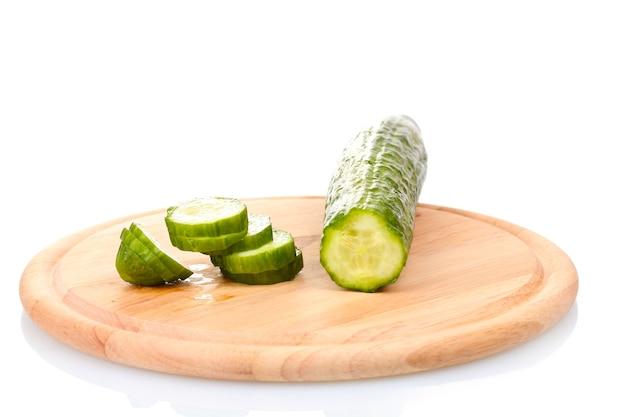 Lange komkommer op houten snijplank geïsoleerd op wit