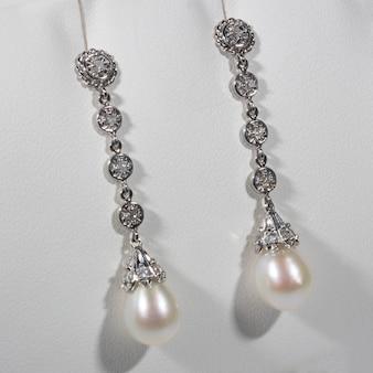 Lange oorbellen in witgouden parels en diamanten