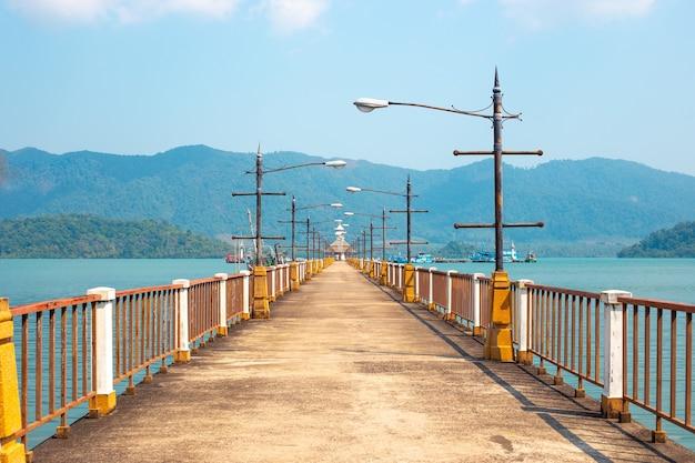 Lange pier aan zee tegen de achtergrond van bergen in azië