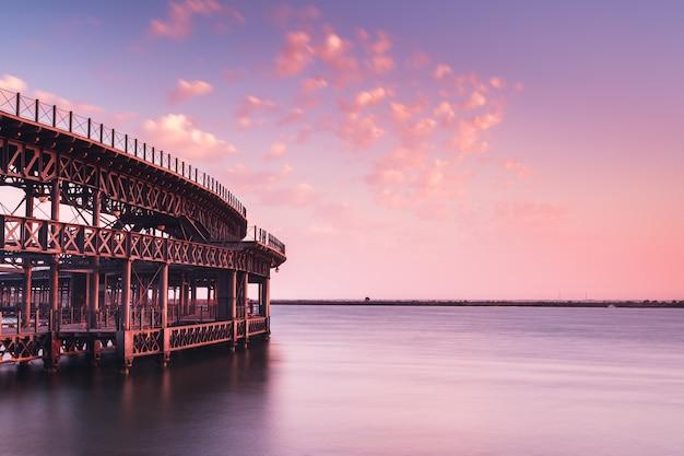 Lange pier aan zee