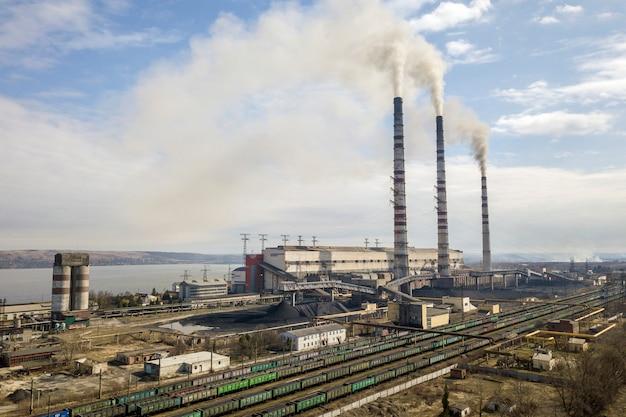 Lange pijpen van elektrische centrale met rook