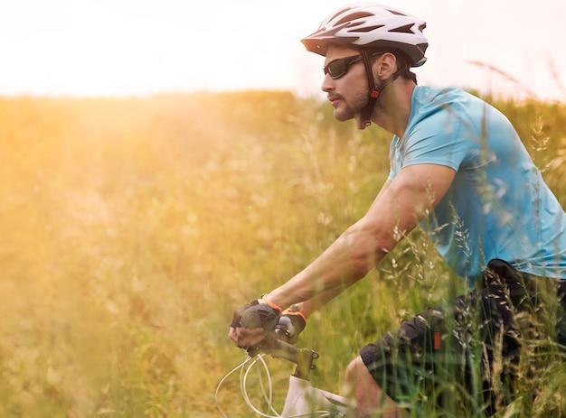 Lange rit tijdens de zonsondergang
