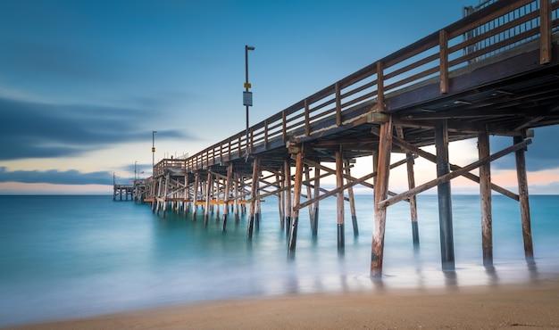 Lange sluitertijd van een pier op het strand in californië