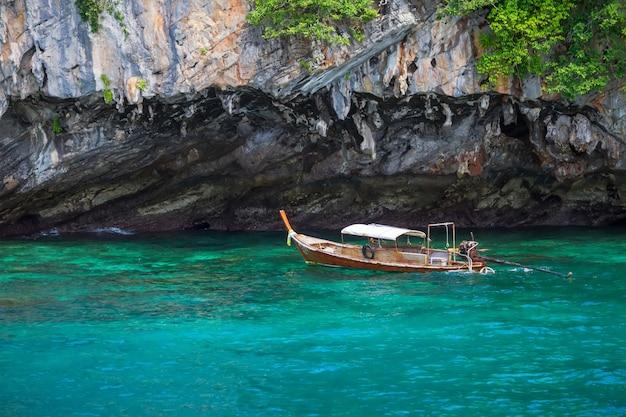 Lange staartboot die op het blauwe overzees in thailand drijft