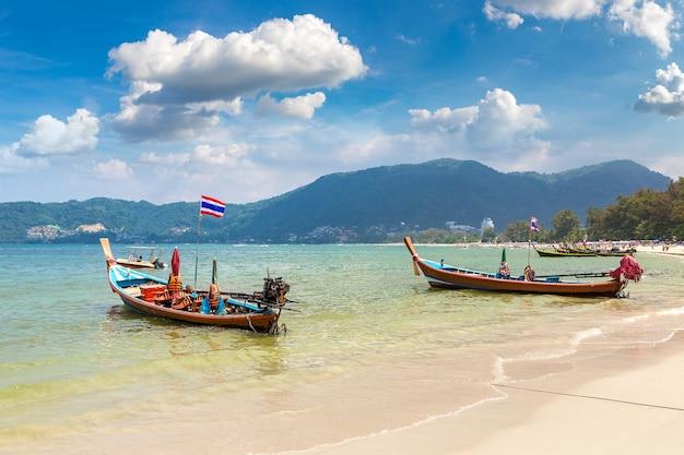 Lange staartboot op het strand van patong op phuket in thailand