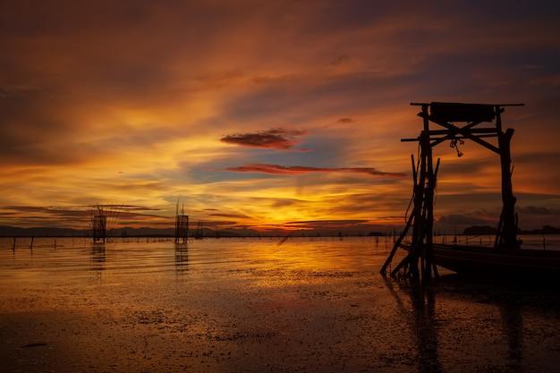 Lange staartpijler in de zonsondergang