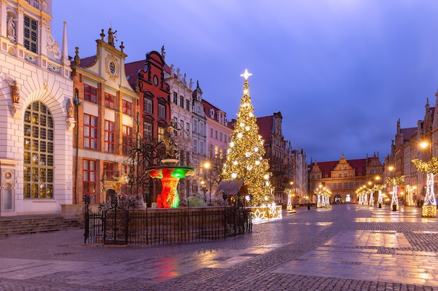 Lange steeg met fontein van neptunus en kerstboom in de oude binnenstad van gdansk
