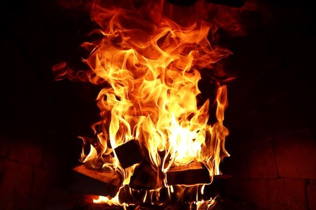 Lange vlamtongen van brandend vuur in een steenoven