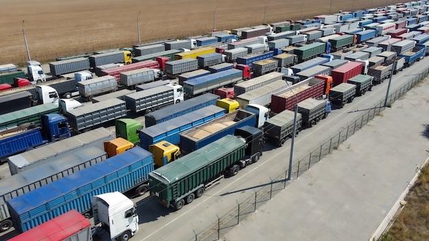 Lange wachtrij op de parkeerplaats voor vrachtwagens. logistiek. export van landbouwproducten.
