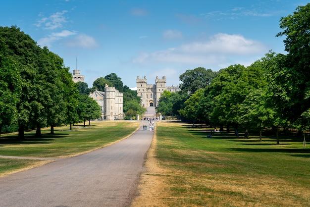Lange wandeling in windsor-kasteel, het uk, londen in de zomer
