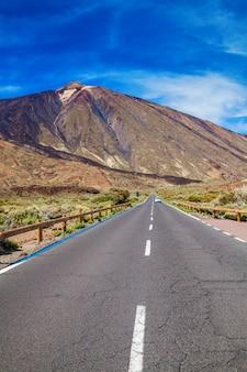 Lange weg naar de vulkaan teide in de vallei van nationaal park in tenerife, canarische eilanden, spanje