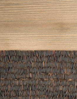 Lange zwarte rijst op hout achtergrond