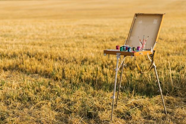 Langgeschoten schilderdoos in het midden van het veld