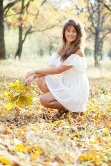 Langharig meisje in de herfst
