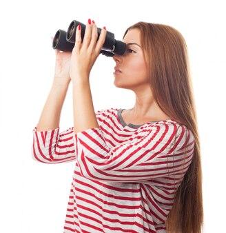 Langharige meisje kijkt door een verrekijker