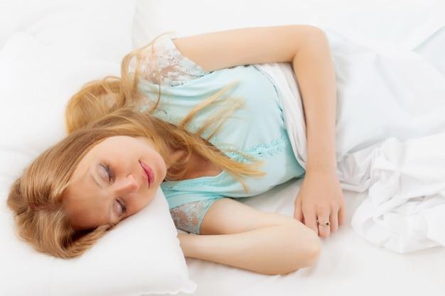 Langharige vrouwenslaap in bed