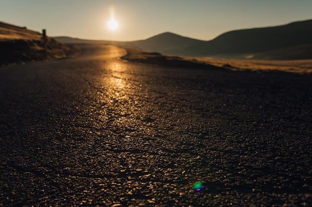 Langs de weg. zonsondergang, bucegipark, roemeens