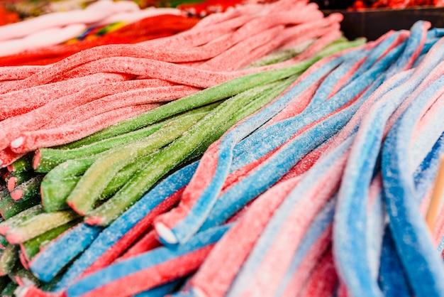 Langwerpig snoep van vele kleuren.
