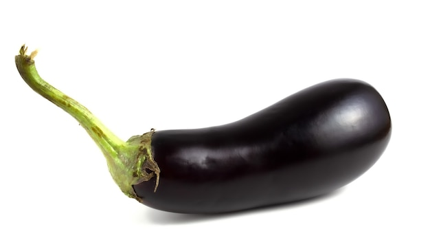 Langwerpige groente, aubergine ligt geïsoleerd op een witte achtergrond.