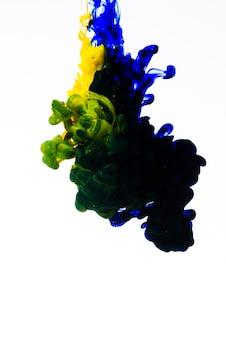 Langzaam bewegende inkt valt in water