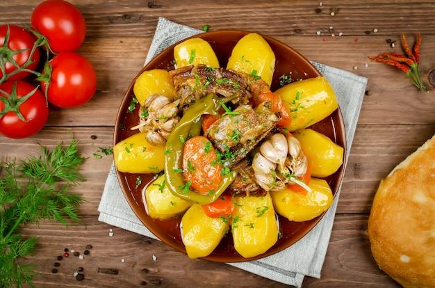Langzaam gegaarde stoofschotel met mals lamsvlees, aardappelen en groenten