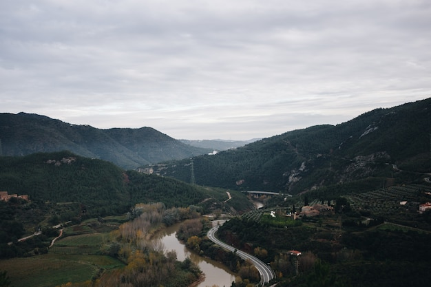 Lanscape van bergweg en riviervallei