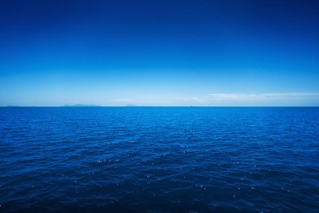 Lanscape van een mooie oceaan en een blauwe hemel
