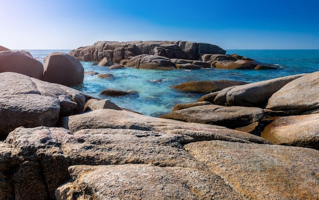 Lanscape weergave van witte stenen in blauwe zee.