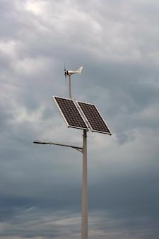 Lantaarn met een lantaarn en geïnstalleerde zonnepanelen op blauwe hemel