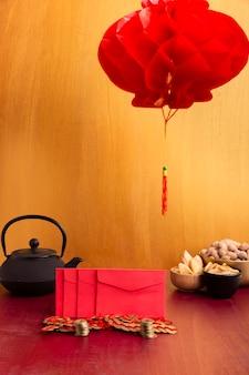 Lantaarn met enveloppen en theepot voor chinees nieuw jaar