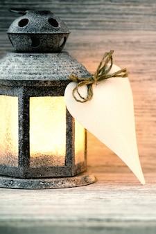 Lantaarn op een houten tafel, een hartsymbool.
