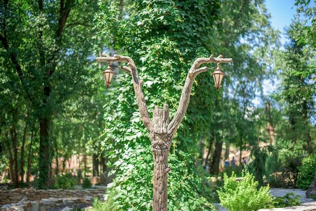 Lantaarnpaal gemaakt van hout in de vorm van een sprookjesachtig karakter