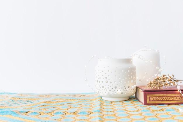 Lantaarns en koran met bloemen