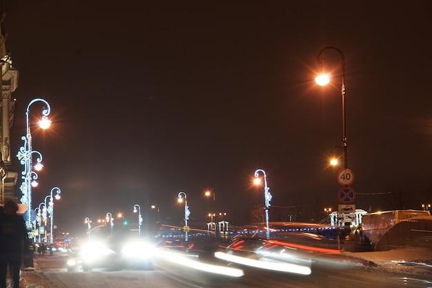 Lantaarns versierd met slingers op de achtergrond van de feestelijke stad