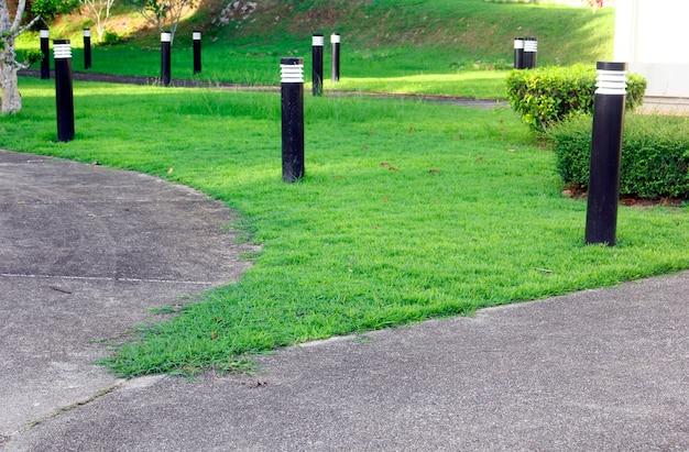 Lantaarns versieren de tuin op het gras.