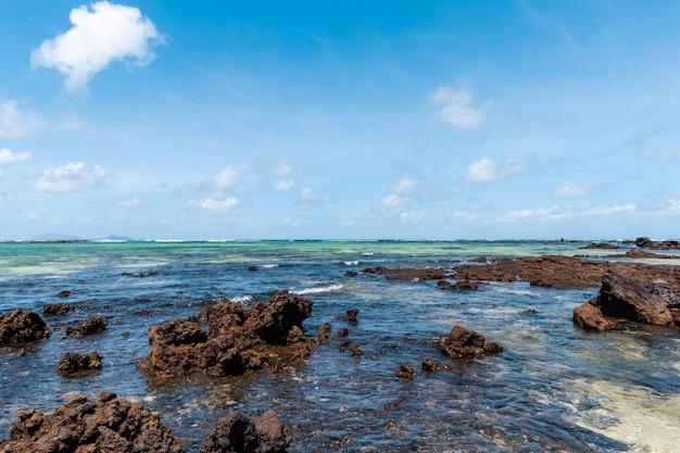 Lanzarote aan de voet van enorme vulkanische kliffen