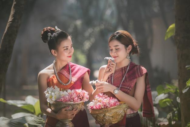 Lao meisje gekleed in traditionele lao kleding mooie laos meisje in laos kostuum