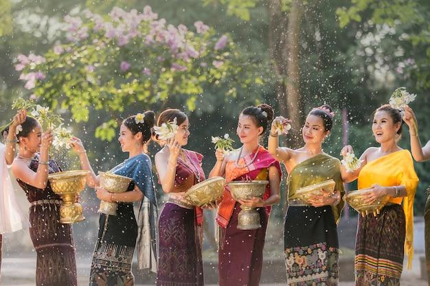 Laos meisjes spatten water tijdens festival songkran festival