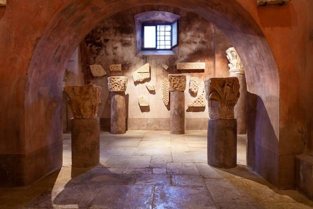 Lapidary van de kerk van visitation van heilige maagd maria aan st. elizabeth, bale, valle Premium Foto