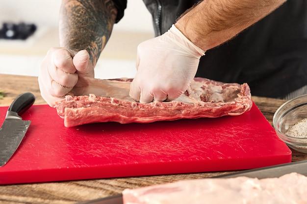 Lapje vlees van het mensen het kokende vlees op keuken