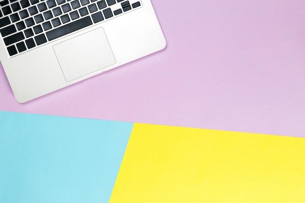 Laptop achtergrond, moderne werkplek met laptop, smartphone en kopie ruimte op kleur achtergrond.