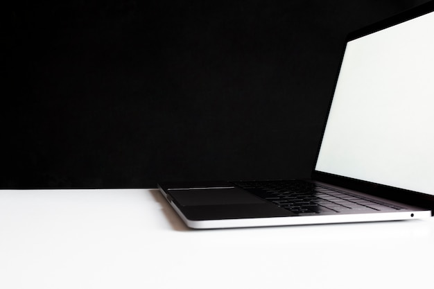 Laptop bovenop een werktafel op zwart