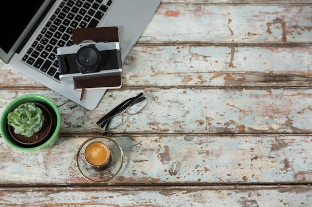 Laptop, camera en dagboek met koffiekopje
