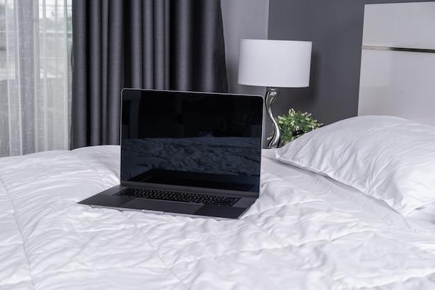 Laptop computer op een bed