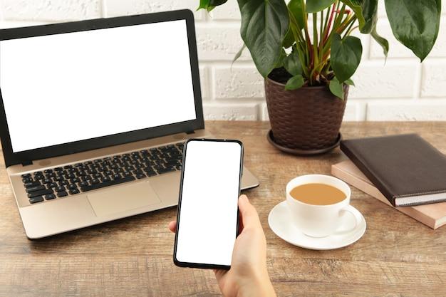 Laptop computer wit leeg scherm en smartphone