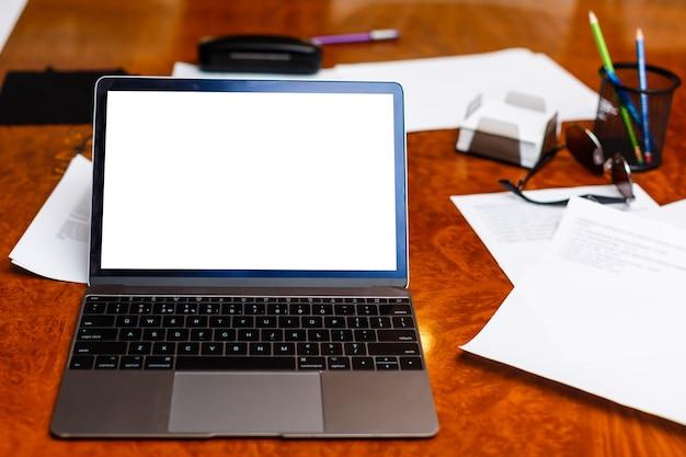Laptop computer wit leeg scherm op werk tafel vooraanzicht