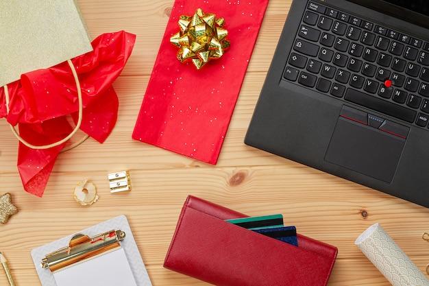 Laptop, creditcards, portemonnee en kerstversiering. online kerstinkopen doen, geschenken kopen