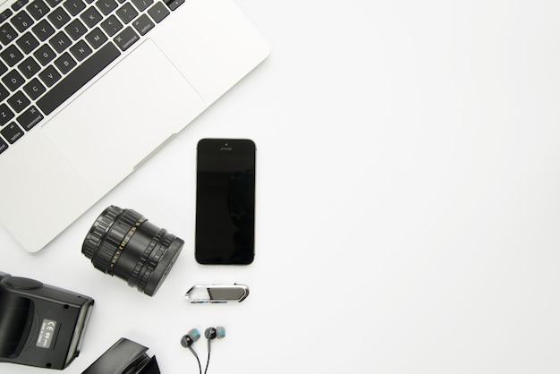 Laptop dichtbij smartphone en digitale apparaten