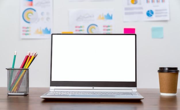 Laptop een leeg scherm op tafel voor het plaatsen van een computeradvertentie
