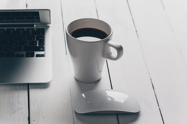 Laptop en andere elektronica op de werkruimte